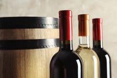 Flaschen mit köstlichem Wein lizenzfreie stockbilder