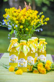 Flaschen mit Löwenzahnblumensirup Lizenzfreie Stockbilder