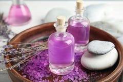 Flaschen mit natürlichen Kräuteröl- und Lavendelblumen lizenzfreie stockbilder