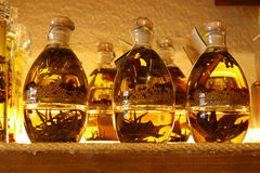Flaschen mit Olivenöl lizenzfreie stockbilder