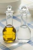 Flaschen mit Olivenöl und Essig lizenzfreie stockfotos