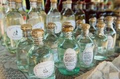 Flaschen mit am Ort produziertem Reisalkohol in einem Straßenshop im Verbot Xabg-Heu-Dorfgasthaus Luang Prabang, Laos lizenzfreie stockbilder
