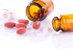 Flaschen mit Pillen stockbilder