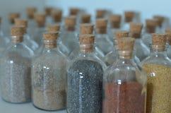 Flaschen mit Sand aus verschiedenen Ländern Lizenzfreie Stockfotos