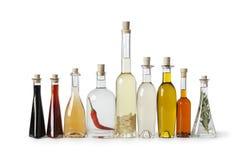 Flaschen mit Schmieröl und Essig stockbild
