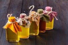 Flaschen mit verschiedenen Arten des Pflanzenöls stockfotos