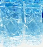 Flaschen mit Wasser lizenzfreie stockfotografie