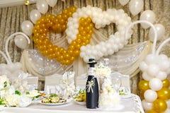 Flaschen mit Wein auf Hochzeitstafel Lizenzfreie Stockbilder