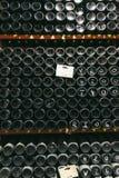 Flaschen mit Wein im Weinkeller lizenzfreie stockfotos
