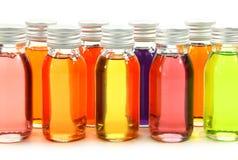 Flaschen mit wesentlichen Schmierölen lizenzfreie stockfotografie