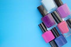Flaschen Nagellack Eine Gruppe helle Maniküren auf einem blauen Hintergrund Mit leerem Raum auf dem links stockfoto