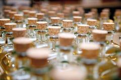 Flaschen oder Glasgefäße mit Korken Stockfoto