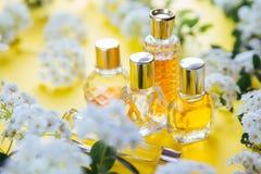 Flaschen Parfüm mit Blumen stockfotografie