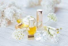 Flaschen Parfüm mit Blumen lizenzfreie stockfotos