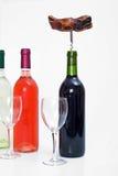 Flaschen roter, weißer und rosafarbener Wein mit Gläsern und einem Korkenzieher Stockbild