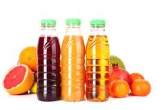 Flaschen Saft mit reifen Früchten lizenzfreies stockfoto