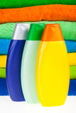 Flaschen Shampoo- und Farbenterry-Tücher Lizenzfreies Stockfoto