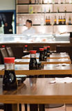 Flaschen Sojasoße auf den Tabellen in einem Sushi-Restaurant Lizenzfreies Stockfoto