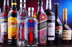 Flaschen sortierte globale Alkoholmarken lizenzfreie stockbilder