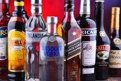 Flaschen sortierte globale Alkoholmarken stockfotografie