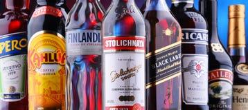 Flaschen sortierte globale Alkoholmarken stockfoto