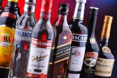 Flaschen sortierte globale Alkoholmarken stockfotos