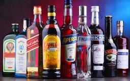 Flaschen sortierte globale Alkoholmarken lizenzfreie stockfotos