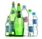 Flaschen sortierte globale Mineralwassermarken stockfotos