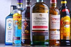 Flaschen sortierte globale Schnapsmarken Stockfotos