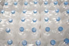 Flaschen Trinkwasser in den Sätzen Stockfotos