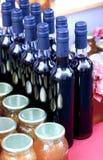 Flaschen und Gläser Stockbild