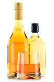 Flaschen und Gläser alkoholische Getränke auf Weiß Lizenzfreies Stockfoto