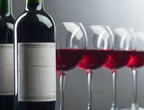 Flaschen und Gläser Rotwein Stockbilder