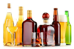 Flaschen und Gläser sortierte alkoholische Getränke über Weiß Stockfotos