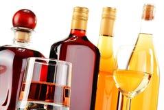 Flaschen und Gläser sortierte alkoholische Getränke über Weiß Stockfoto