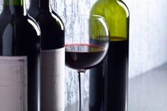 Flaschen und Glas Rotwein Lizenzfreie Stockfotos