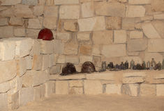Flaschen und Sturzhelme in der Katakombe Stockfoto