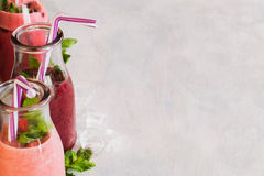 Flaschen von Smoothie auf weißem Hintergrund Stockfotografie
