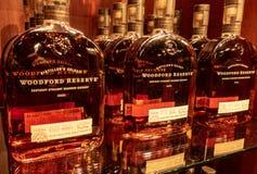 Flaschen von Woodford-Reserve Bourbon auf Anzeige lizenzfreies stockfoto
