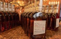 Flaschen von Woodford-Reserve Bourbon auf Anzeige stockfotografie
