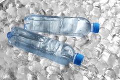 Flaschen Wasser auf Stapel lizenzfreies stockfoto