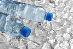 Flaschen Wasser auf Stapel lizenzfreie stockfotos