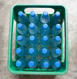 Flaschen Wasser in der grünen Kiste Lizenzfreies Stockfoto