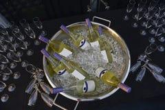 Flaschen Weißwein auf Draufsicht des Eises lizenzfreie stockfotografie