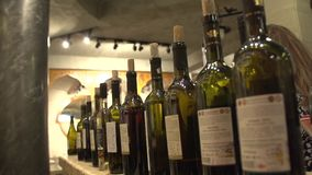 Flaschen Wein stock video footage