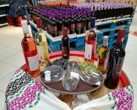 Flaschen Wein auf einem Fass stockbilder