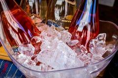 Flaschen Wein in der Eisschüssel stockfoto