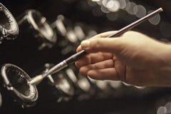 Flaschen Wein in einem ` pupitre ` markiert auf die traditionelle Art, den Prozess zu handhaben stockbilder