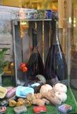 Flaschen Wein in einem Shopfenster Stockfotografie