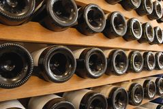 Flaschen Wein gespeichert in einem Keller lizenzfreie stockfotografie
